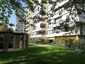 Elegante departamento 2do piso, 3D 3B, servicios, logia, 2 estacionamientos, grandes áreas verdes.